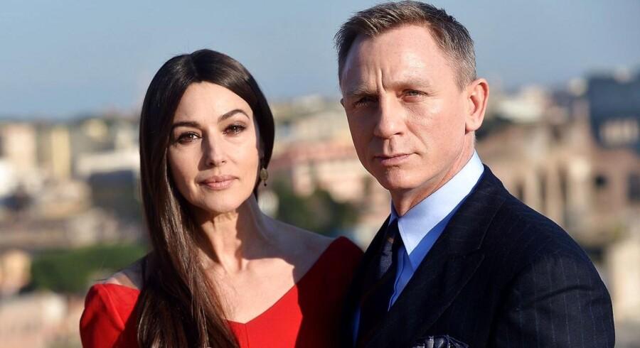 Daniel Craig - her med Monica Belucci i Spectre - er ikke helt klar til at kvitte Bond-rollen.
