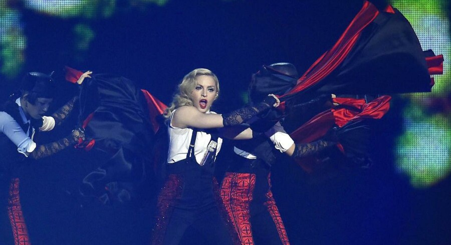 Madonna optræder til BRIT-Awards i London.