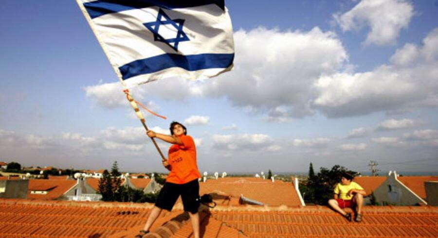 Aktivist på toppen af synagogen i Gaza. Udenfor planlægger soldaterne at finde en forhandlingsløsning. Hvis dette ikke lykkes, vil de storme synagogen