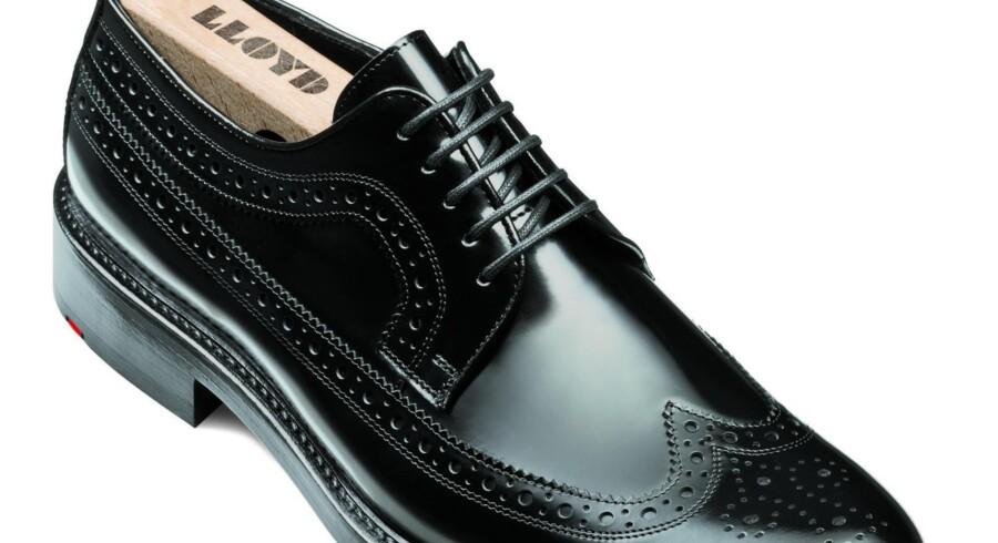 Sort og med en rød kile på tværs af hælen. Sådan har Lloyd sko set ud i mange år, og tyskerne har næsten skabt en trend. Eksempelvis benytter Ecco også en rød detalje i sålen på mange af deres sko til herrer. PR-foto