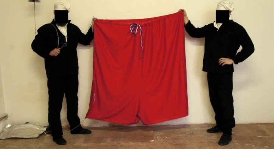 To medlemmer af det tjekkiske kunstnerkollektiv Ztohoven viser »præsidentens« underbukser frem. Foto: AFP