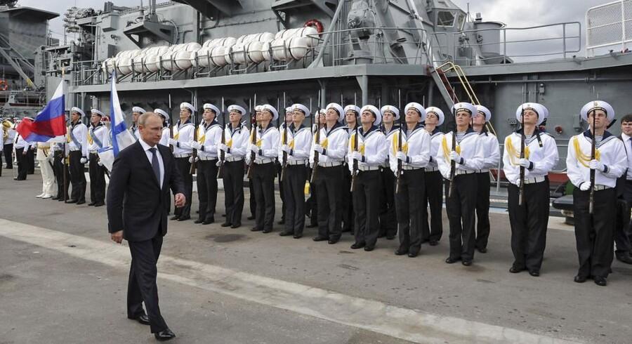 Ruslands præsident President Vladimir Putin skridter mandskabet på »Vice-admiral Kulakov« af i Novorossiysk i september.