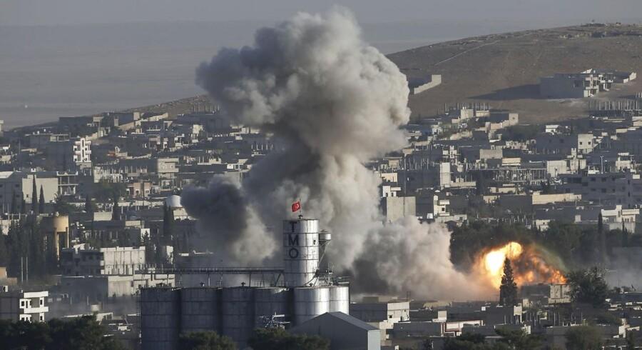Røgen stiger fra Kobane efter et amerikansk bombardement fredag.