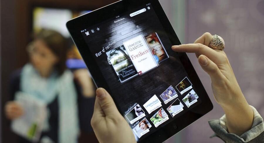 Salget af digitale bøger vokser støt. De læses på en decideret e-bogslæser - ofte i sort/hvid men med lettere læseligt skærmbillede - eller en tavle-PC som her. Arkivfoto: Robert Michael, AFP/Scanpix