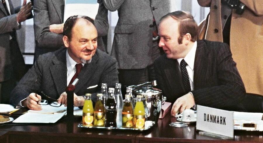 Henning Christophersen (th), daværende udenrigsminister, og statsminister Anker Jørgensen diskuterer aftalen om det Europæiske Monetære System d. 4 december 1978. Henning Christophersen ville siden sidde 10 år i EU som bl.a. næstformand for kommisionen.