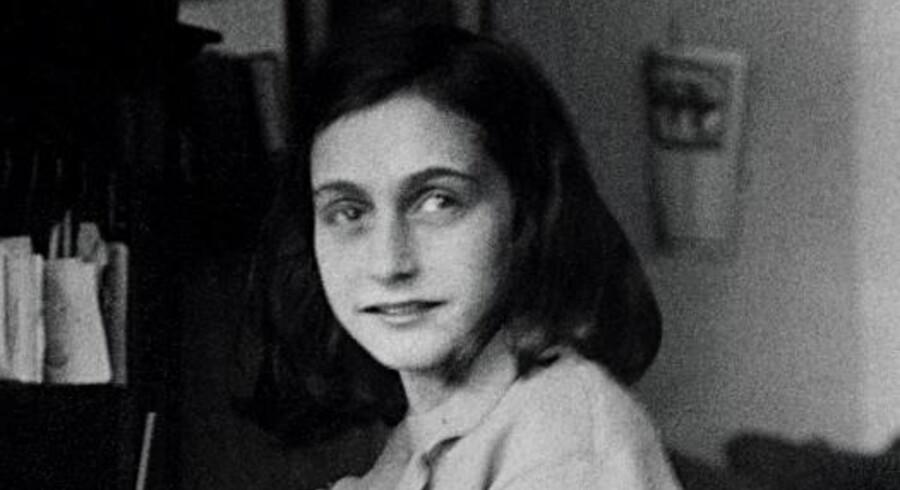 Anne Frank ved skrivebordet i huset i Amsterdam.