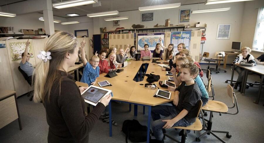 Når børn arbejder på en tabletcomputer efter en helt bestemt pædagogisk metode, lærer de hurtigere at læse og skrive, viser en ny svensk undersøgelse. På en skole ved Fredericia kører de forsøg med Ipad til 5. og 6. klasse.