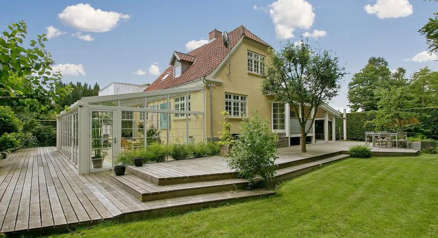 Den gulmalede murermestervilla fra 1939 ligger med direkte adgang til skoven, hvorfra der ifølge ejendomsmægleren i bedste Snehvide-stil hyppigt kommer besøg af rådyrfamilier og fløjtende fugle.