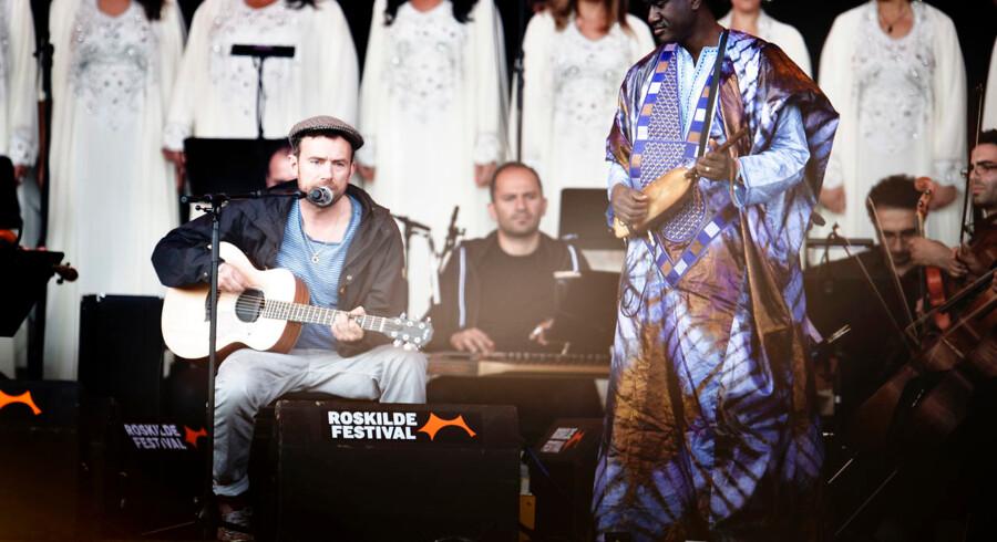 The Orchestra of Syrian Musicians og Damon Albarn (tv.) fotograferet på Roskilde Festival onsdag den 29. juni 2016.