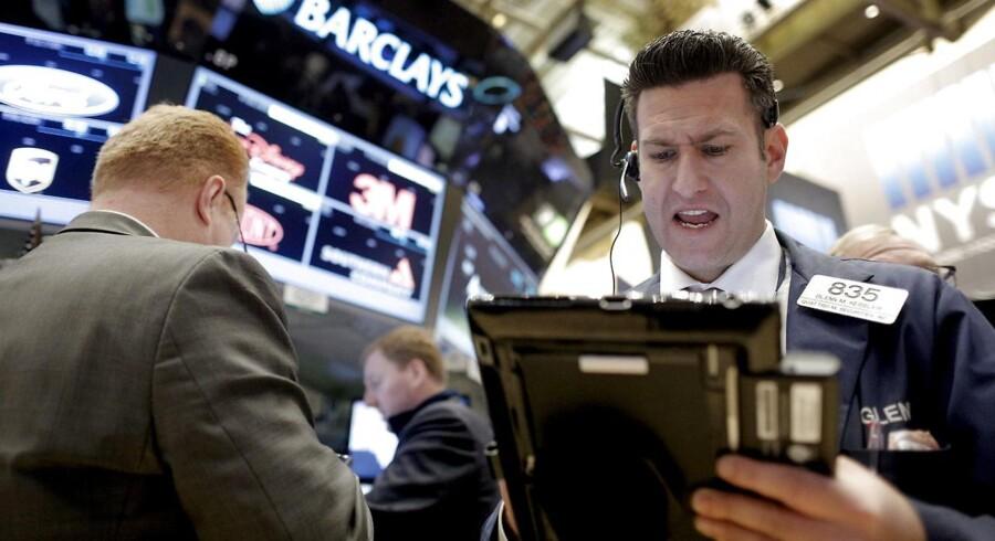 Wall Street emmede fredag af negativ stemning efter en uge med ekstremt lave oliepriser og dårligt nyt fra Kina.