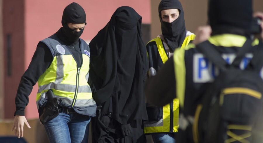 Spansk politi tilbageholdt tidligere på ugen en muslimsk kvinde i Melilla, en selvstyrende spansk by på den nordafrikanske kyst. Spansk og marokkansk politi har arresteret syv mennesker mistænkt for at være indblandet i at rekruttere kvinder til Islamisk Stat i Syrien og Irak.