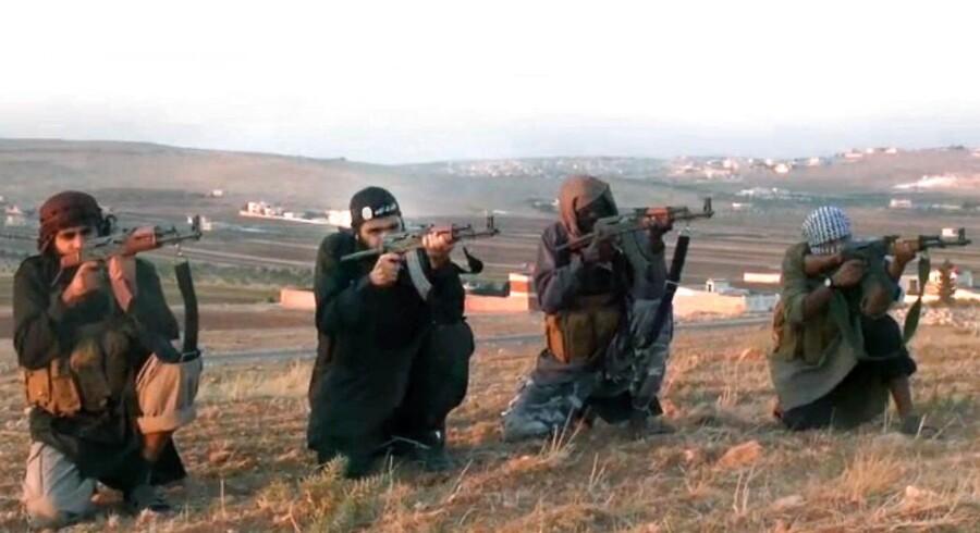 Abu Omar al-Shishani, der også går under navnetb Tjetjeneren Omar, er blevet dræbt i Irak ifølge terrororganisationen Islamisk Stat. Arkivbillede af fire mænd, der i en propagandavideo opfordrer til hellig krig i Syrien.