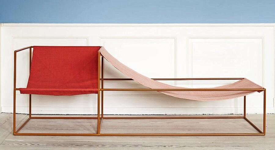 Belgiske Muller Van Severens skulpturelle sofastol er skabt til to og er den type møbel, der kan løfte hele udtrykket i din indretning som et funktionelt kunstværk. Den har en lakeret stålramme med bomuldssæder, måler H60xB180xD60 cm og fås lige nu hos The Apartment – men det gælder om at være hurtig på aftrækkeren. Sofastol fra The Apartment, 27.000 kr.