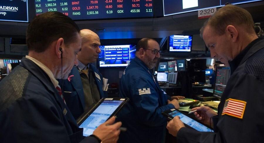 De asiatiske aktiemarkeder er på retræte tirsdag morgen, efter et udsalg af blandt andet Apple-aktier sendte Wall Street lavere mandag. Og trods høje renter som baggrund for en forholdsvis stærk dollar, der normalt støtter op om de asiatiske aktier, vender investorerne tommelen nedad og holder sent januarudsalg.