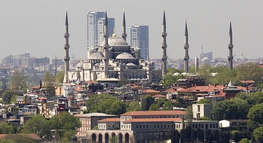 I horisonten bag Den Blå Moske i Istanbul tårner disse tre skyskrabere, Onalti Dokuz, sig op. Men det skal de ikke meget længere, har den tyrkiske højesteret besluttet.