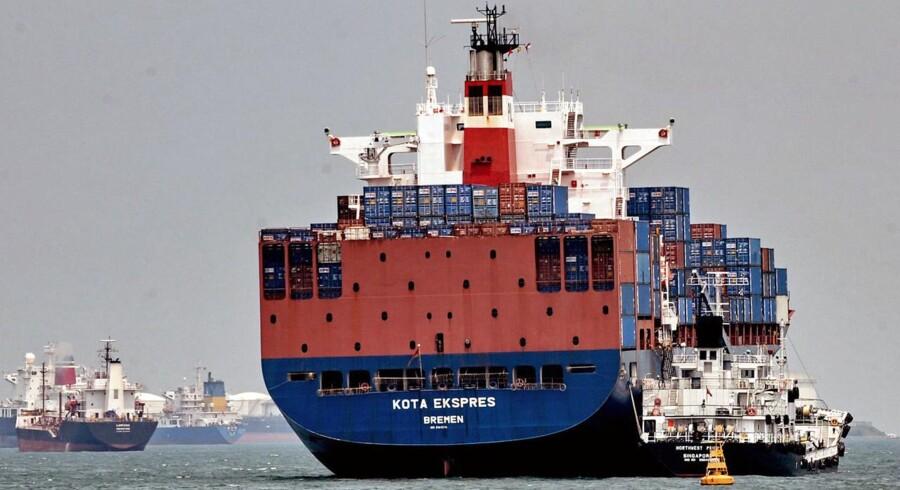 Singaporeanske Neptune Orient Lines kan være på vej til at blive solgt. Både Mærsk og CMA CGM meldes som interesserede bejlere af Bloomberg.
