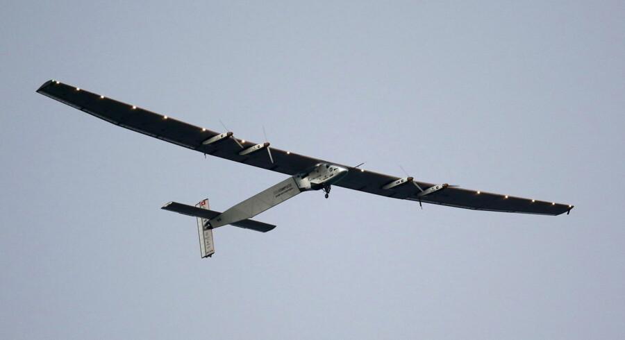 Det soldrevne fly Solar Impulse, der er på vej jorden rundt, har nu slået verdensrekord ved at gennemføre fem dages flyvning alene med solen som drivkraft. Se de fantastiske billeder her.