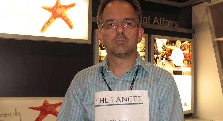 Læge og menneskerettighedsforkæmper David Nicholl med dagens udgave af det medcinske tidsskrift The Lancet, hvori han og en række kollegaer skriver et åbent brev til Lundbecks topchef. Privatfoto.
