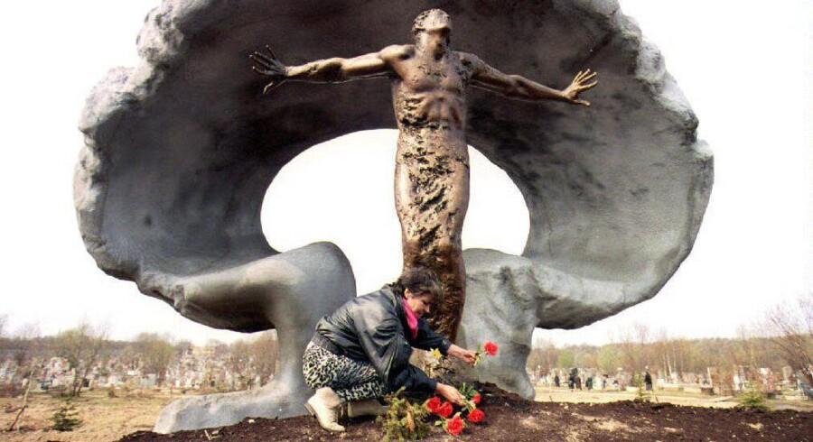 I 1993 åbnede et mindesmærke for ofrene for den sovjetiske Tjernobyl-katastrofe. Atomulykken i Ukraine i 1986 kaster stadig lange skygger og er omdrejningspunktet i romanen »Efter mørkets frembrud«. (Arkivfoto: Eric Feferberg/AFP)
