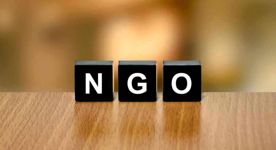 "NGO. Står for non-governmental organization, eller ""ikke-statslig organisation""."