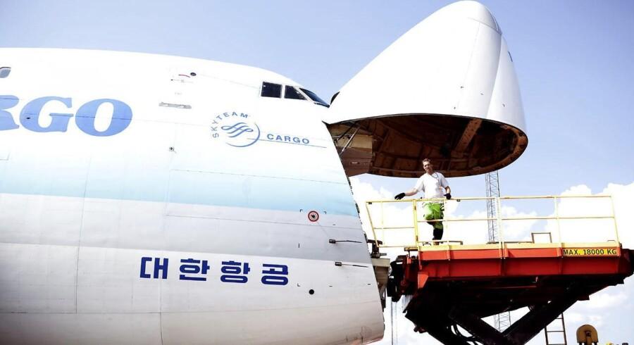 Cargo-fly bliver fyldt i Københavns Lufthavn.