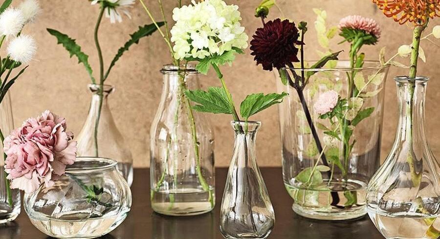 Glasvaser i forskellige størrelser og former er en smuk måde at dekorere på. Her er det vaser fra Ikea, hvor priserne starter på 4 kr.