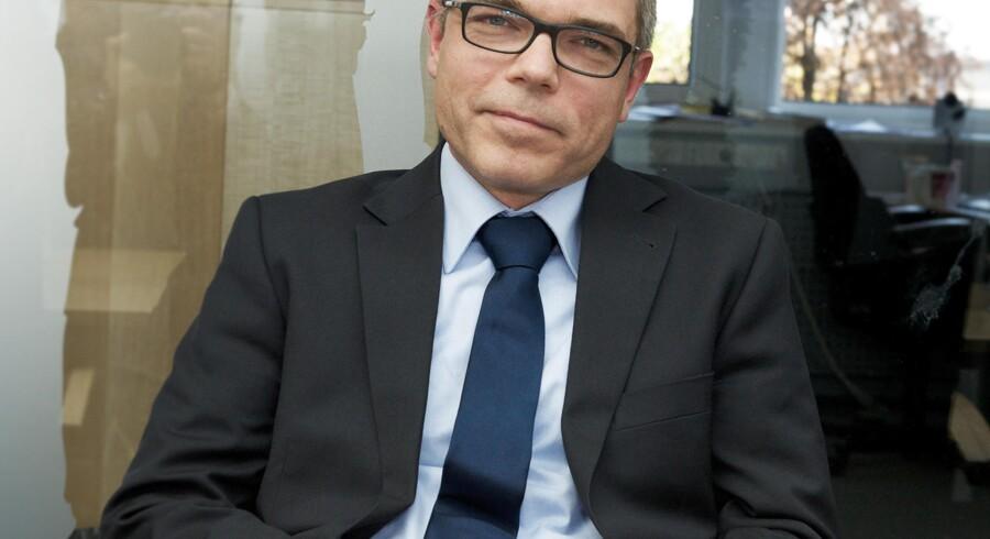 I 2013 satte Jesper Rønnow Simonsen sig i stolen som direktør for Skat. Dengang lød det fra ham: Det er jo den vigtigste del af min opgave at få EFI op at køre og at få nedbragt restancerne. Kan jeg ikke løse opgaven, er jeg ikke den rette mand til jobbet.« I dag svarer han kortfattet »ja« til, om han vurderer, at han kan blive i sin stilling.