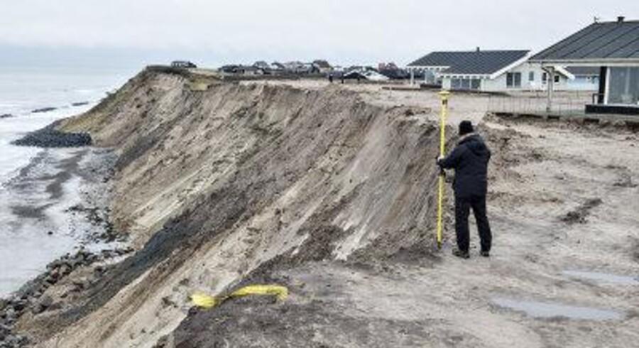 Hidtil har grundejerne skullet søge såvel Kystdirektoratet som kommunen. Fremover kan kommunen give en tilladelse efter kystbeskyttelsesloven.