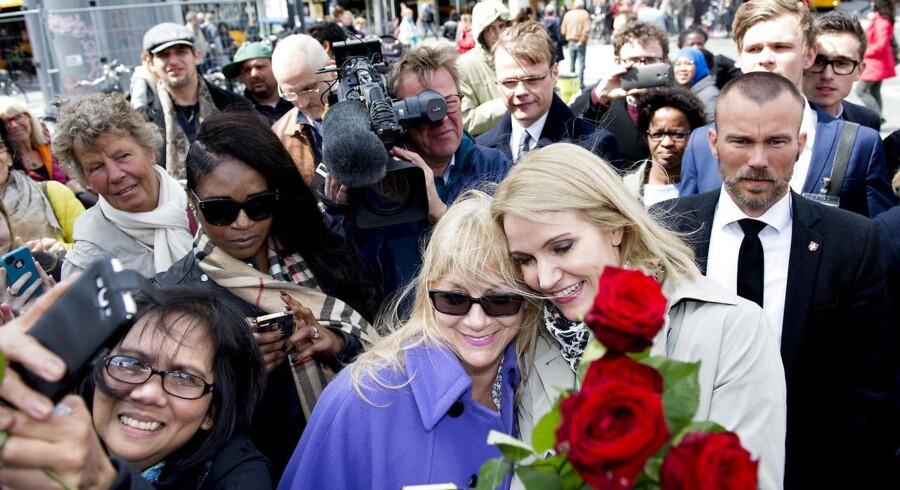 Blot to timer efter at Helle Thorning-Schmidt (S) havde udskrevet folketingsvalg, bevægede hun sig rundt mellem frugtboder og pølsevogne, mens hun delte røde roser ud til potentielle vælgere.