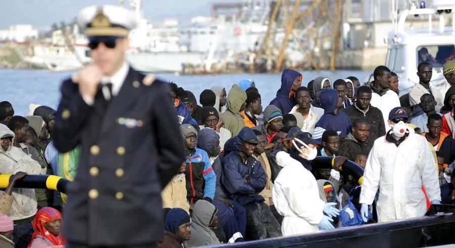 EU-landene gør ikke nok for at håndtere den tragiske situation med de mange bådflygtninge og årsagerne til flygtningepresset mod Europa. Det mener såvel EU-Kommissionens formand, Jean-Claude Juncker, som et stort flertal i Europa-Parlamentet.