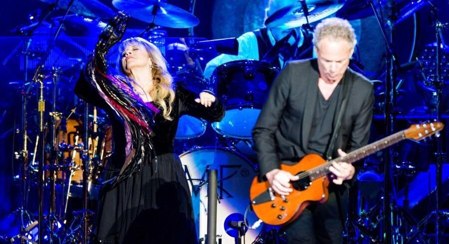 ARKIVFOTO af Stevie Nicks og guitarist Lindsey Buckingham (th) under koncerten i Amsterdam 7. oktober.