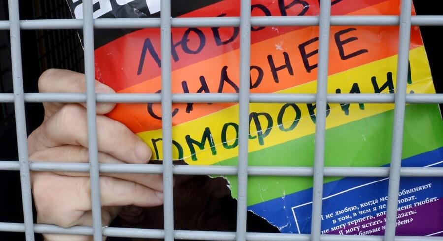 Billede fra en demonstration i det centrale Moskva den 25. maj, 2013. På papiret står der »kærlighed er stærkere end homofobi«.