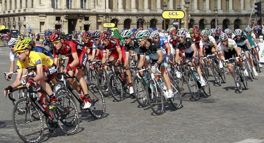 Firmaerne på trøjerne - Hvem er Tour-sponsorerne?I få sportsgrene bliver sponsorer eksponeret så eksplicit som cykelsporten. De enkelte cykelholds hovedsponsor får endda lov til at navngive cykelholdene. Business.dk giver her en guide til virksomhederne på rytternes trøjer. De er dybt forskellige, og nogle er lettere at hente informationer om end andre. Men alle er de at finde til Tour de France, der starter lørdag. Læs mere her.