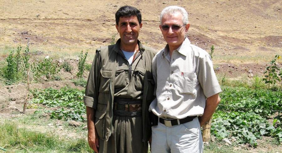PKK-lederen Abdullah Sen (tv.) og den daværende ROJ TV-direktør Manouchehr Zoonzoi fotograferet sammen i det nordlige Irak i 2006.