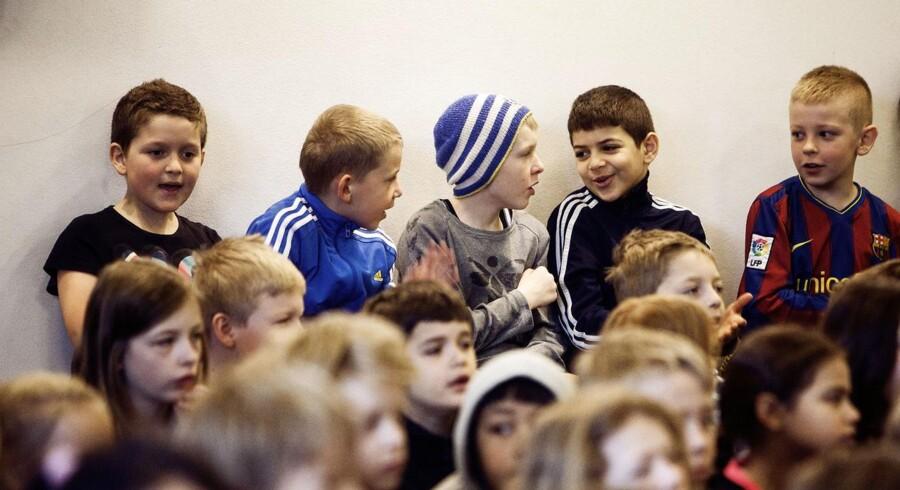 De danske drenge staver dårligt. Det kan skyldes, at folkeskolen er indrettet på pigernes præmisser, siger lærerformanden.