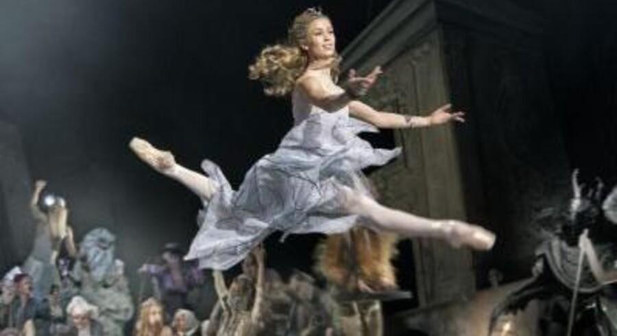 Hilary Guswiler som Hilda til troldefest.
