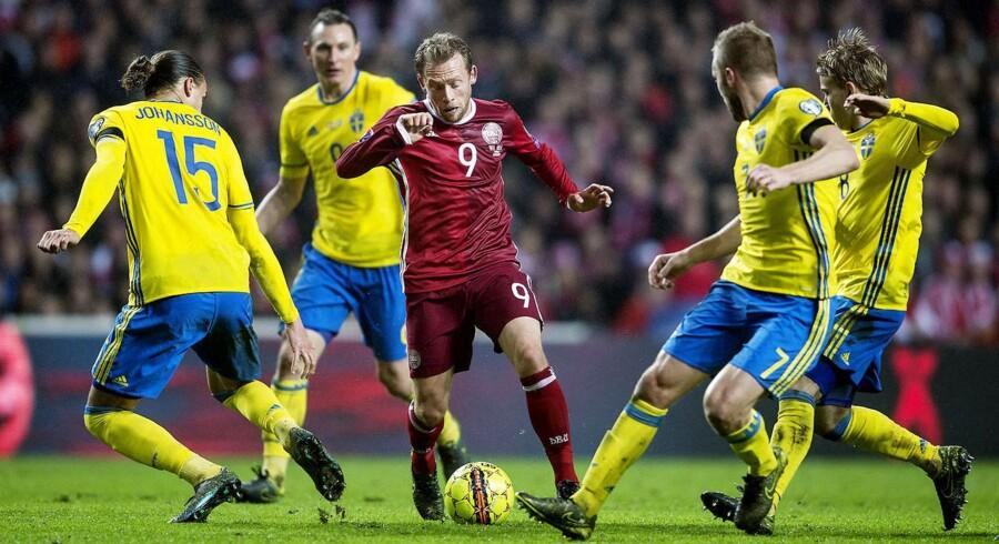 Landskamp mellem Danmark-Sverige. Michael Krohn-Dehli mellem fire svenskere.