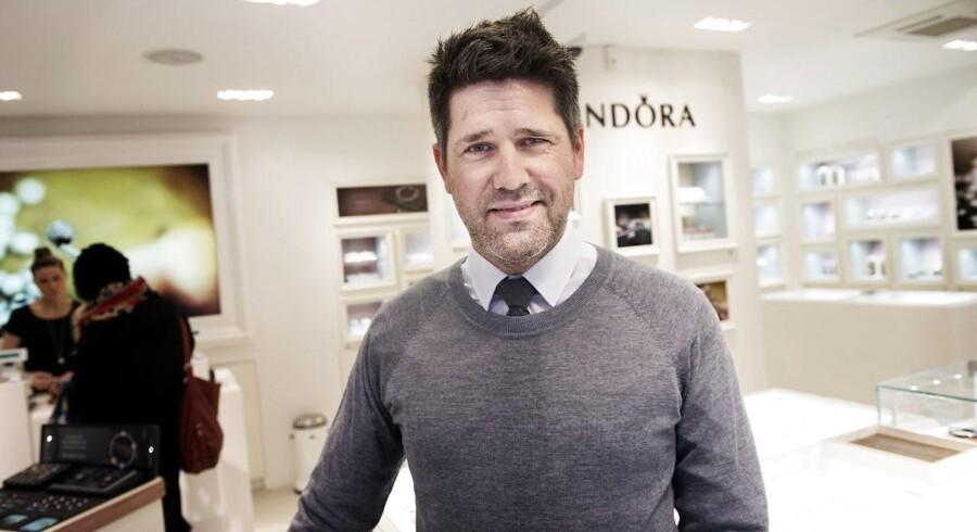 Direktør Kasper Grue, som forventer at Pandora forventer opturen i 2015. Her i Pandorabutikken på Amagertorv.