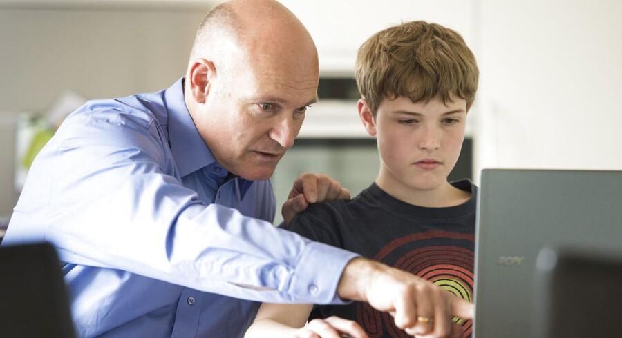 Christian Nielsen og hans far Henning i hjemmet i Tønder med lektier.