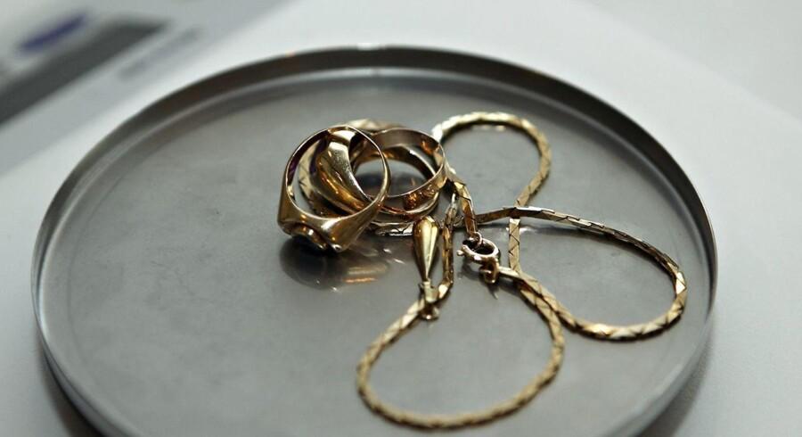 Ingen vil sælge deres gamle guldsmykker for tiden, derfor har Vitus Guld sendt personale hjem. Fotoet her er et modelfoto, og ikke fra Vitus Guld.