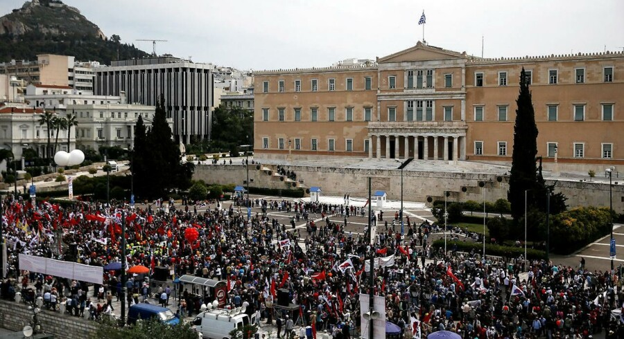 Politiet i Athen anslår, at næsten 15.000 mennesker marcherer gennem hovedstaden og Thessaloniki.