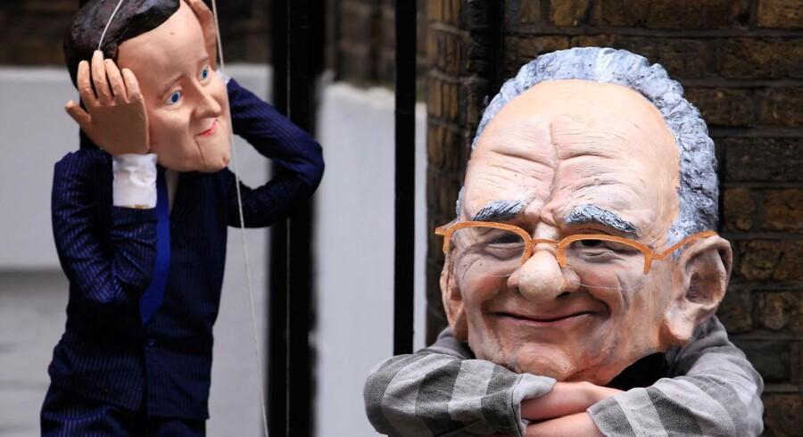 På gaden i London opføres skandalen om Rupert Murdochs avis News of the World og premierminister David Camerons reaktion som gadeteater.