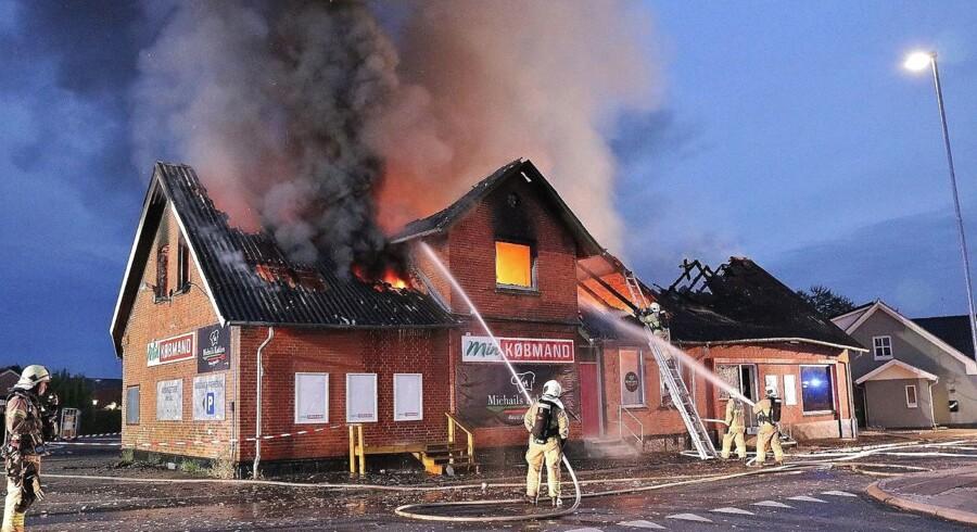 Købmandsbygningen på Gammel Landevej i Trige mellem Aarhus og Randers brændte natten til onsdag den 11. juli 2018. (Foto: Alarm112midtjylland.dk/Ritzau Scanpix)