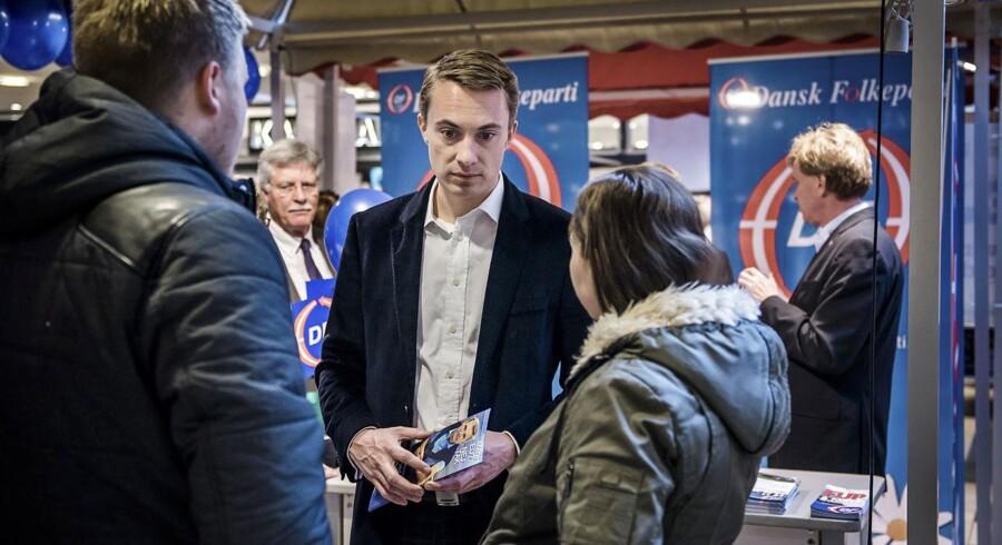 Morten Messerschmidt fra Dansk Folkeparti deler foldere ud og møder danskerne til en snak om folkeafstemningen om retsforbeholdet. Sted: Rødovre Centrum.