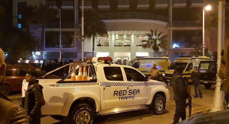 Fredag aften uden for hovedindgangen til Bella Vista Hotel i Hurghada. Egyptiske sikkerhedsfolk forsøgte at danne sig et overblik over terrorangrebet. Foto: Scanpix