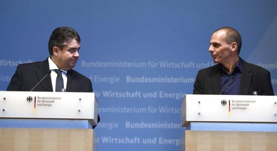 Her er Sigmar Gabriel (tv) ikke i snak med premierminister Tsipras, men derimod finansminister Yanis Varoufakis ved en pressekonference i Berling 5. februar.
