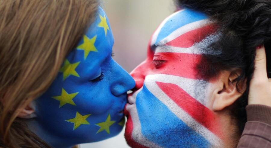 Torsdag afgøres det, hvorvidt Storbritannien skal træde ud af EU. Over store dele af Europa kæmper tilhængere af både 'leave' og 'remain' for deres sag. Følg med i optakten til en af de største afgørelser i EU's historie. Her kysser to tilhængere af hver deres udfald hinanden i Berlin.