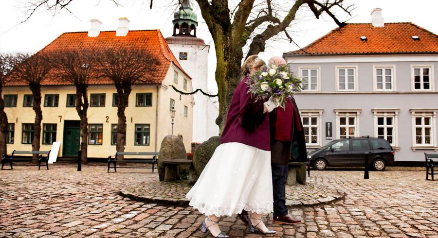 Bryllupsturismen er eksploderet i Danmark. Dette engelske brudpar valgte at blive gift i Danmark, fordi de fandt Ærø romantisk. Men eksperter advarer om, at der er proformavielser blandt de udenlandske brudepar, og at de søger til Danmark, fordi det er let at blive gift i landet, ikke fordi det er romantisk.