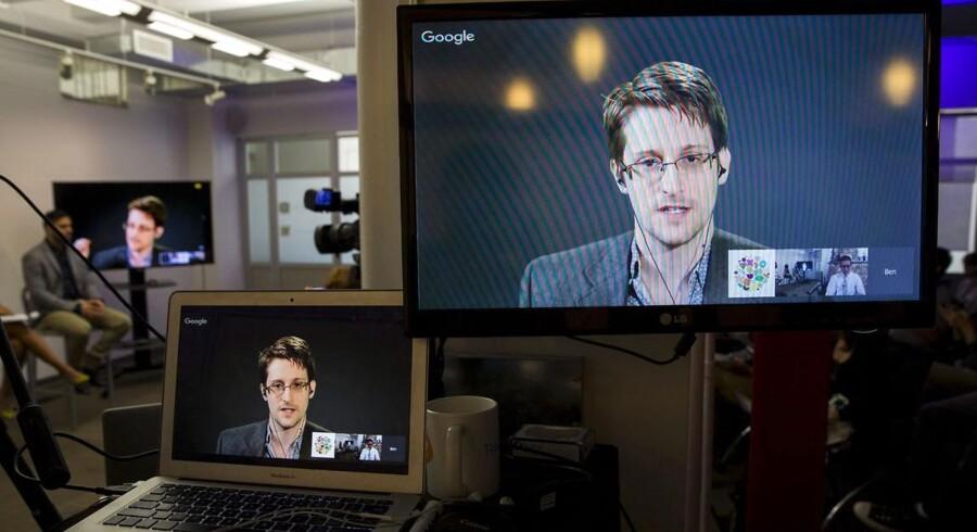 Edward Snowden er afskåret fra at møde ret mange mennesker ude i den fysiske verden, men på Twitter er whistlebloweren begyndt at tale til offentligheden. her er han på skærme under en teletransmitteret tale til de forsamlede ved forsmaling i New York.