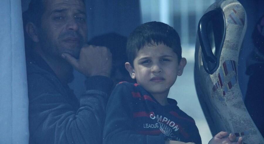 Syriske flytgninge i en bus i Limassol på Cypern på vej til en flygtningelejr nær hovedstaden Nicosia.